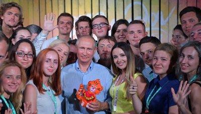 Дети из реабилитационного центра подарили Путину игрушечного тигренка