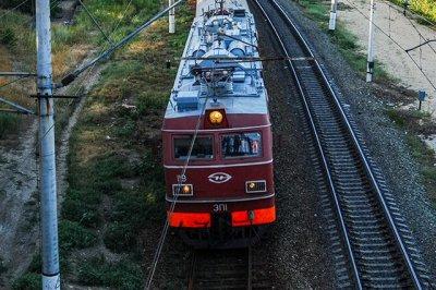 Глухой мужчина не услышал гудок и попал под грузовой поезд