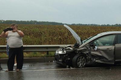 На трассе в Ростовской области в ДТП из-за скользкой дороги попали три машины