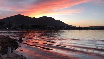 Мазут с затонувшего греческого танкера дошел до популярных пляжей