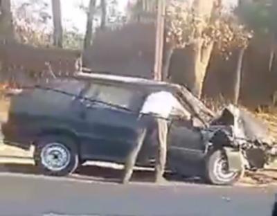 На Левобережной водитель ВАЗа уходил от столкновения с другой машиной и снес столб