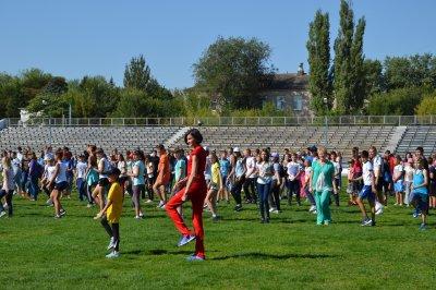 Анна Чичерова приехала на праздник и провела зарядку со школьниками