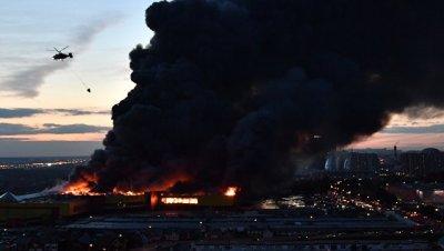 Три вертолета сбрасывают воду на горящий торговый центр у МКАД