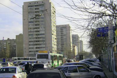 В Ростове на ЦГБ образовалась пробка из-за припарковавшихся в два ряда водителей