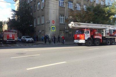 В центре Ростова пожарные потушили крышу жилого дома