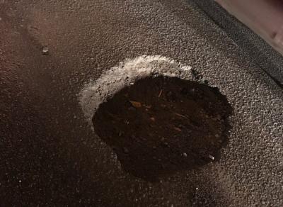 На улице Плиева сразу шесть машин угодили в яму на дороге