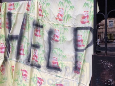 «Стены вот-вот рухнут»: ростовчане, развесившие белье с надписями и призывами о помощи, рассказали о своих проблемах