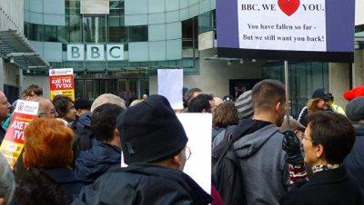В Лондоне десятки человек протестуют против предвзятости Би-би-си