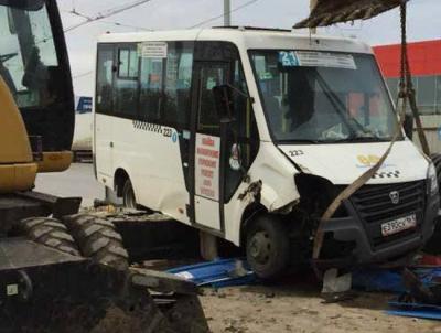 Не справился с управлением: в Ростове водитель маршрутки врезался в бетонные блоки
