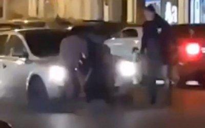 В центре Ростова двое мужчин устроили драку прямо на дороге
