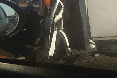 На трассе М-4 «Дон» две фуры расплющили «Газель»: есть пострадавший