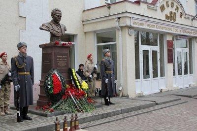Возле ростовской школы появился бюст разведчика Рихарда Зорге