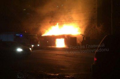 В Ростове на Западном горит автосервис