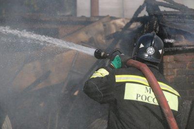 Пожар тушили пятнадцать спасателей: в Пролетарском районе Ростова горела трехэтажка