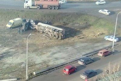 На выезде из Батайска в Ростов перевернулся грузовик: пострадал водитель