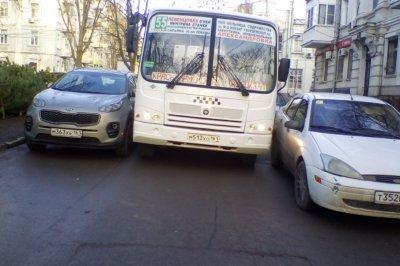 Капкан на дороге: в Ростове маршрутка застряла между иномарками