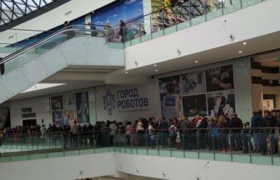 Ростовчане часами стоят в очереди, чтобы попасть на выставку роботов