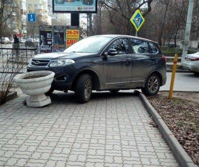 Ему так удобно: автохам припарковался на тротуаре в центре Ростова