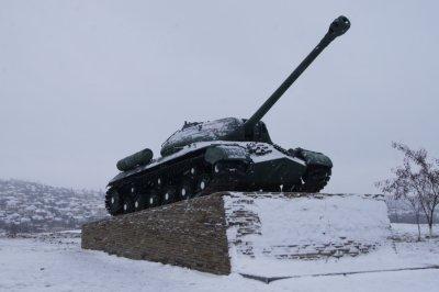 На Заречном завершены работы по установке на постамент танка