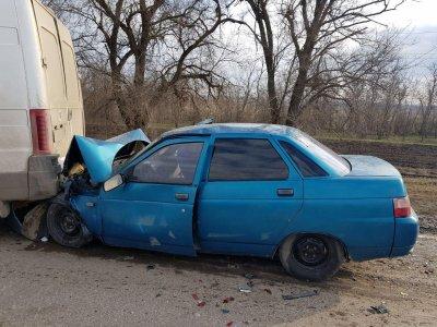 В Ростовской области два человека пострадали в ДТП с иномаркой и ВАЗом