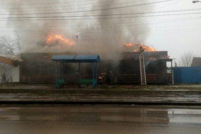 Три десятка спасателей тушили полыхающее кафе «Зонтик» в Таганроге