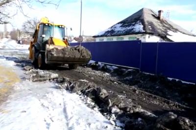 «Я устал звонить и просить прислать технику»: шахтинец за свой счет нанял трактор для расчистки улицы