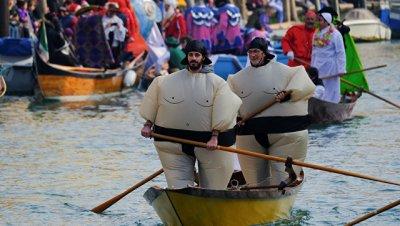 В Венеции гондольеры приостановили катания по воде из-за обмеления каналов