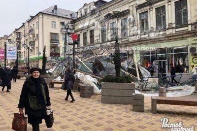 Порыв ветра снес строительные леса в центре Ростова