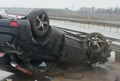 На трассе Ростов — Таганрог Ford Focus врезался в ограждение и перевернулся