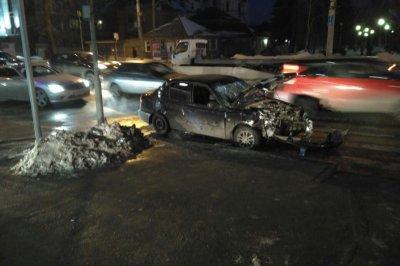 Пострадавшую вытаскивали спасатели: в Ростове на проспекте Стачки столкнулись два автомобиля