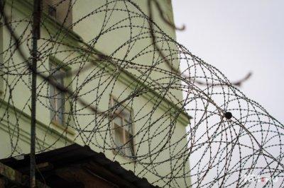 В Платове задержали афганца, который контрабандой вывез из Дубая 1000 ножниц, часов и очков