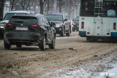 Автомобили стоят в пробке на трассе М-4 «Дон» в районе Шахт из-за плохой дороги и погодных условий
