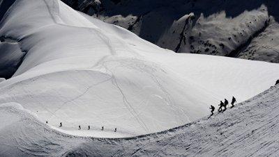 Число погибших при сходе лавин в Альпах возросло до двух, сообщили СМИ