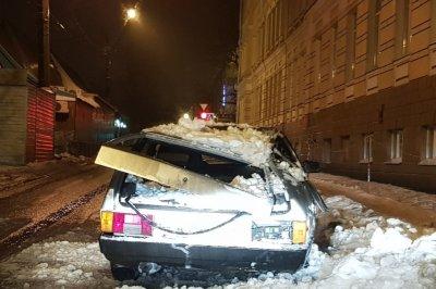 В Новочеркасске упавший с крыши дома снег превратил «девятку» в металлолом