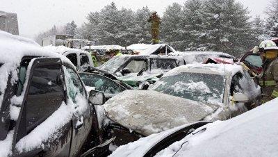 В Мичигане из-за снегопада столкнулись около 60 автомобилей