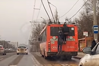Ростовские зацеперы прокатились на троллейбусе, рискуя собственной жизнью
