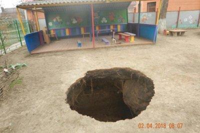Огромная яма появилась во дворе таганрогского детского сада