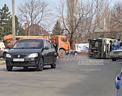 В Ростове машина скорой помощи перевернулась после столкновения с КАМАЗом