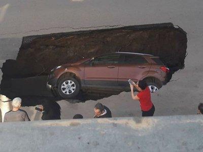 В Ростове под землю полностью провалилась иномарка