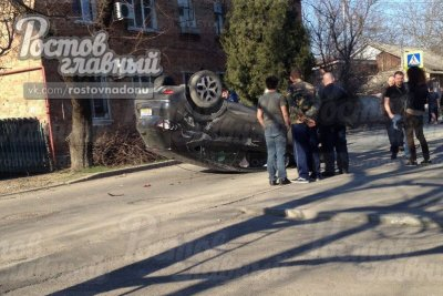 В Ростове Renault от сильнейшего столкновения с вылетевшим на красный автомобилем опрокинулся на крышу