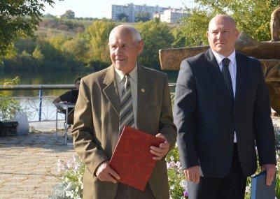 Василий Голубев вручил грамоту почётному тренеру из Белой Калитвы