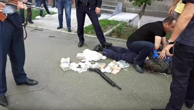 В Армении посмертно награжден полицейский, погибший от пули грабителя банка