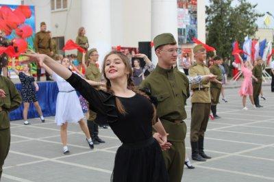 В Белой Калитве прошла молодёжная акция «Вальс Победы»