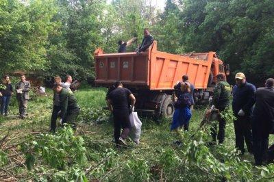Ростовские чиновники вместе с волонтерами убрали 80 тонн мусора с берегов Темерника