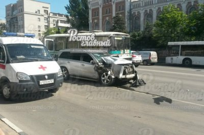 Ростовские полицейские вычислили компанию, устроившую на угнанном «Мерседесе» аварию на Буденновском