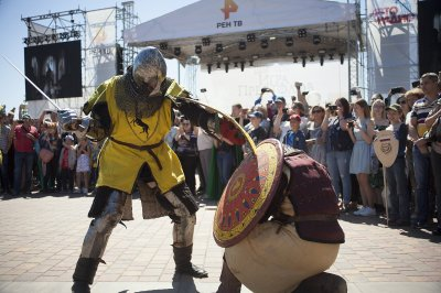 Чеканка монет и клейка корон: в Ростове прошел фестиваль «Игры престолов»