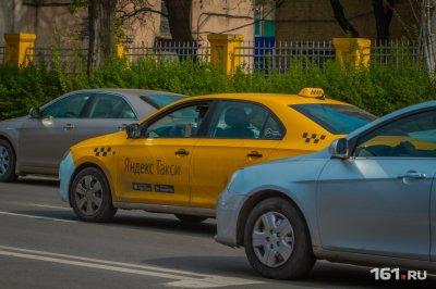 Дорожные разборки: в Ростове таксист «подвез» мужчину на двери своего автомобиля