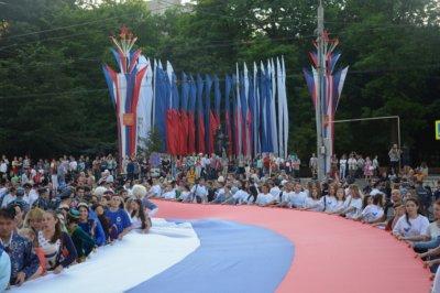 В День России в парке на левом берегу Дона развернут флаг длиною 220 метров
