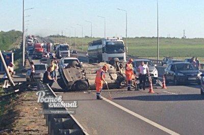 Убийственная скорость: на трассе под Ростовом опрокинулись два автомобиля