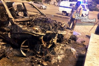 В Ростове после ночного ДТП полностью сгорел Mercedes-Benz